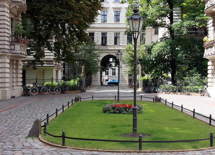 riehmer 39 s hofgarten a sumptuous hidden garden courtyard in kreuzberg berlin. Black Bedroom Furniture Sets. Home Design Ideas