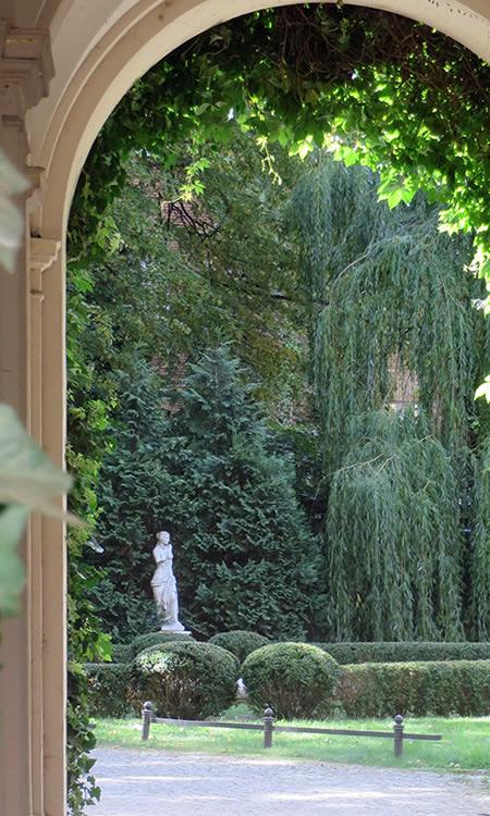 hidden places in berlin a secret courtyard garden. Black Bedroom Furniture Sets. Home Design Ideas