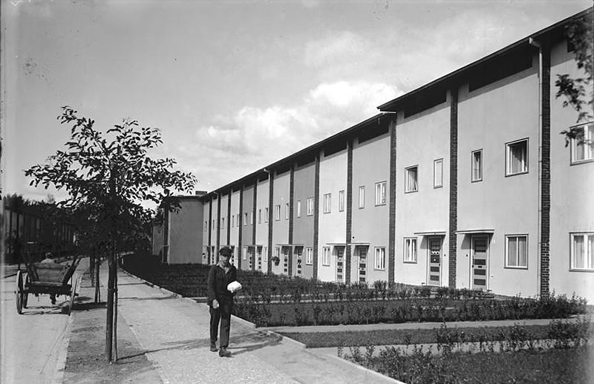 Early photograph of a recently completed street in the Onkel Toms Hütte modernist housing estate, Berlin