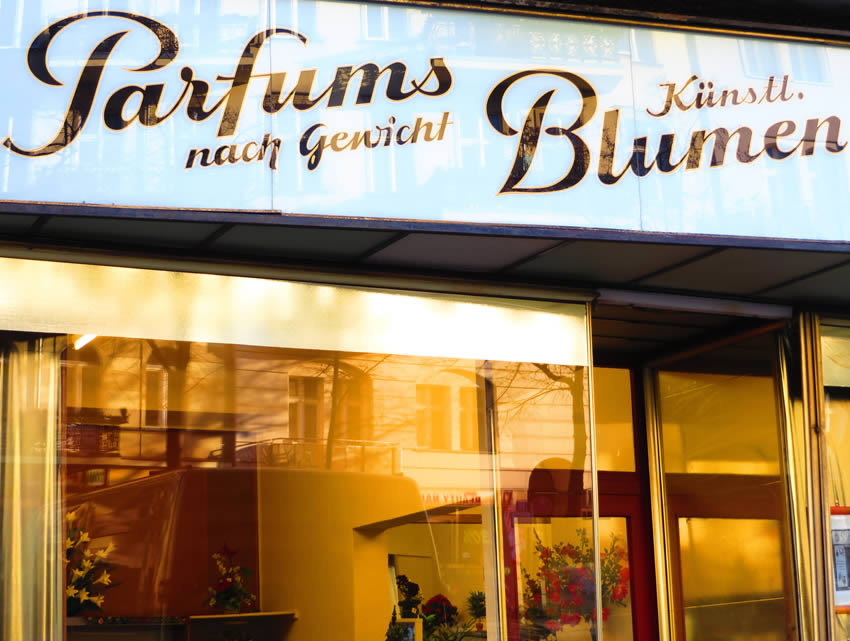 Harry Lehmann, Kantstrasse, Berlin. Parfums nach Gewicht - perfumes by weight.